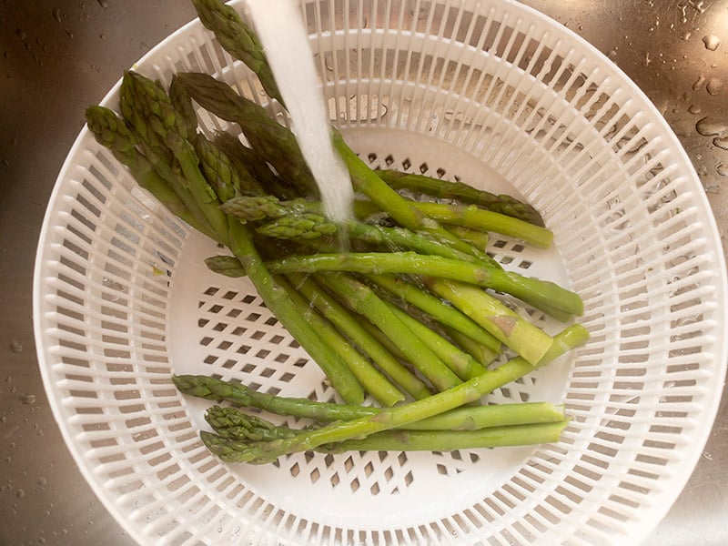 REFRESHING YOUR BLANCHED ASPARAGUS IN COLD WATER