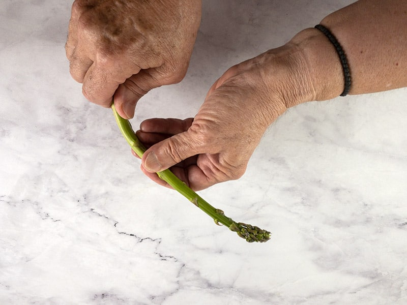BENDING ASPARAGUS TO CUT OFF WOODY STALKS
