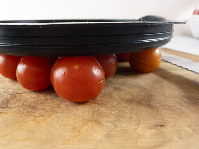 CUTTING-CHERRY-TOMATOES-WITH-LID