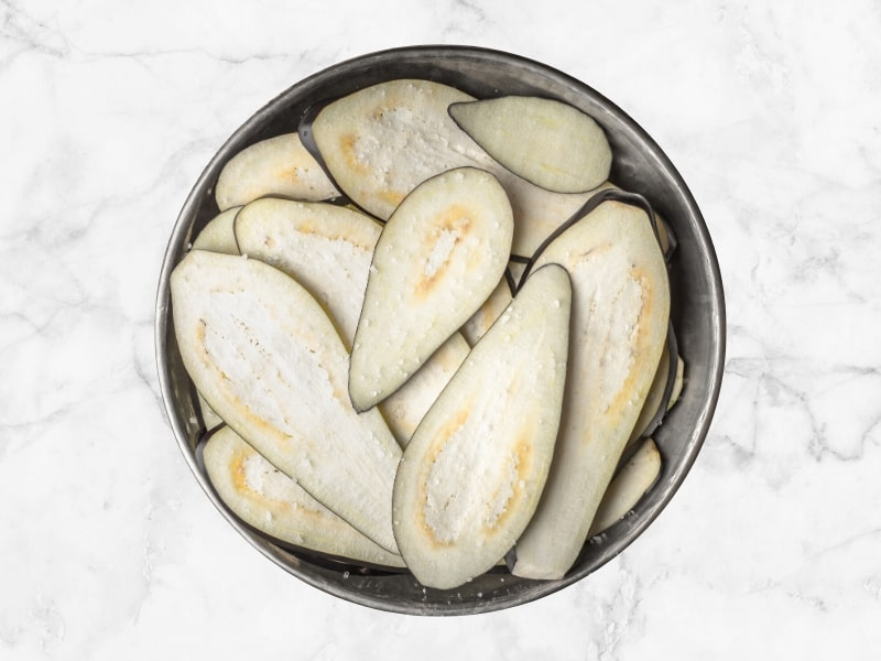 SALTING EGGPLANT SLICES