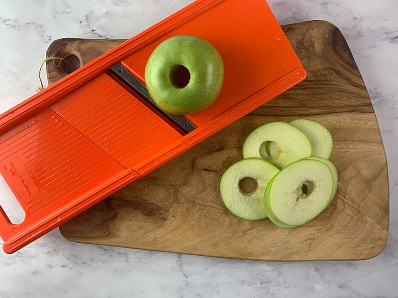 08-SLICING-APPLES-ON-V-SLICER