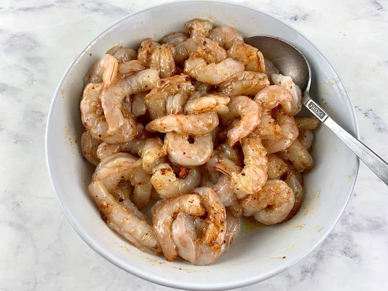 MIXING PRAWNS WITH MARINADE